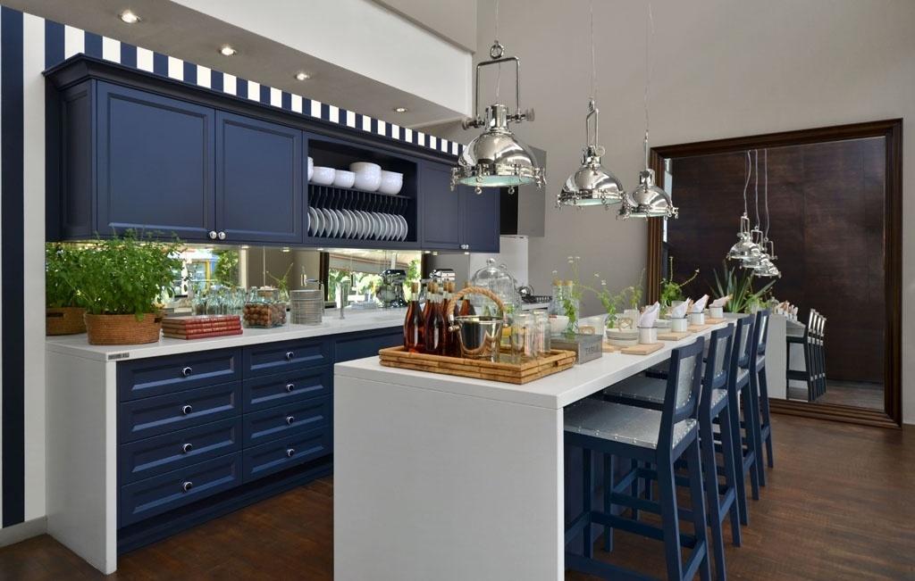As cozinhas dos bistrôs franceses dos anos 1940 serviram de inspiração para o arquiteto Zeca Amaral projetar esse ambiente de 20 m² em um apartamento de luxo em Porto Alegre (RS). Com pintura feita em microtextura, os armários da Florense combinam com o papel de parede listrado utilizado em uma das paredes