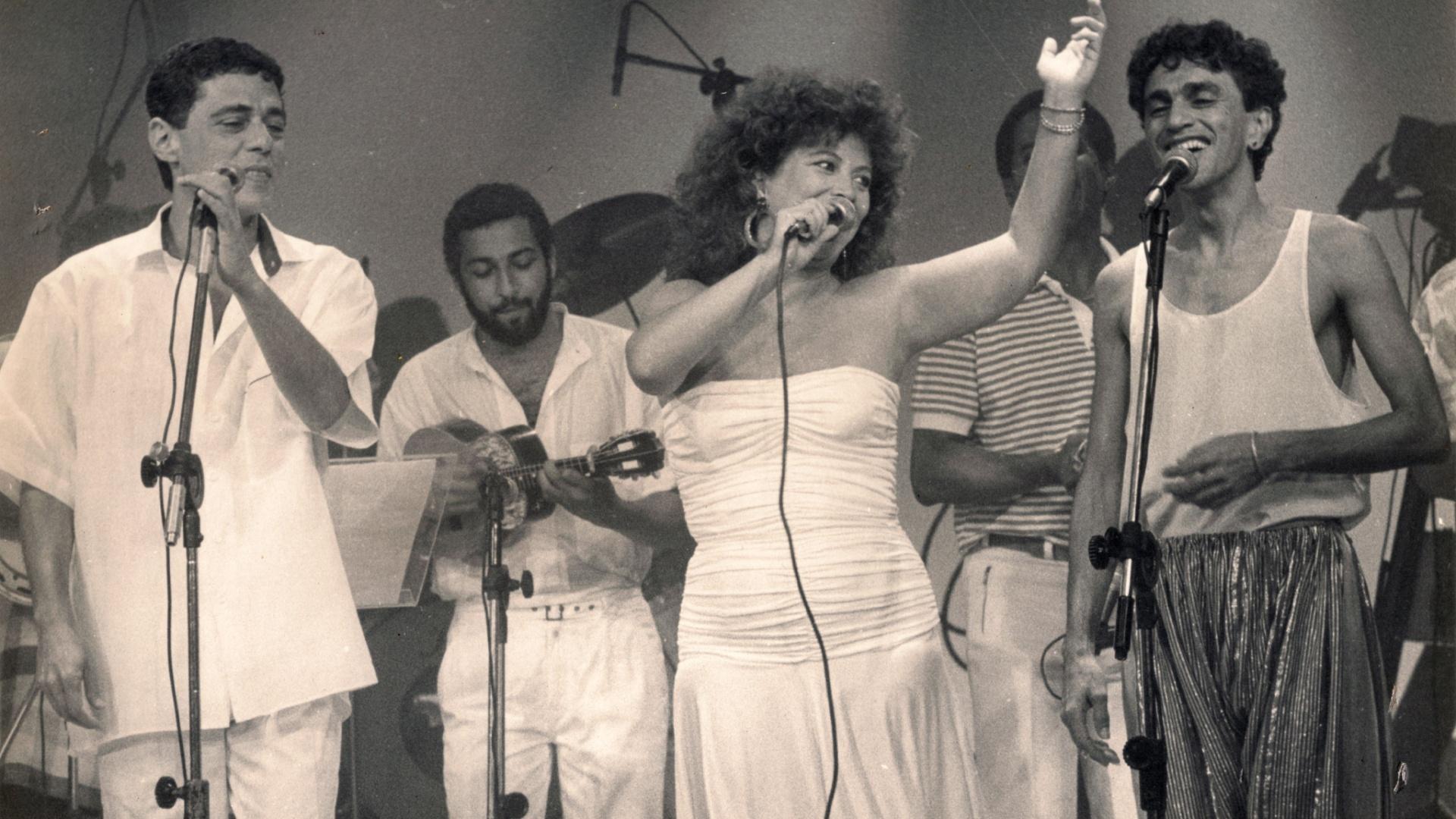 Foto de Beth Carvalho, com Chico Buarque e Caetano Veloso, em 1986