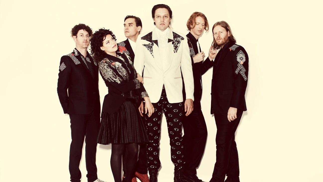 Richard Perry (segundo da direita à esquerda) posa para foto com Arcade Fire durante divulgação de