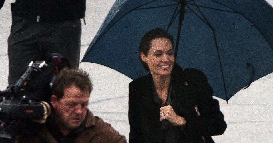 27.mar.2014 - Enviada pelo Alto Comissariado das Nações Unidas para os Refugiados, a atriz Angelina Jolie chega à Bósnia para pedir uma