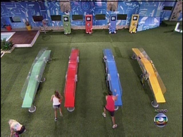 28.mar.2014 - Angela, Clara, Marcelo e Vanessa disputam a segunda etapa da prova do líder