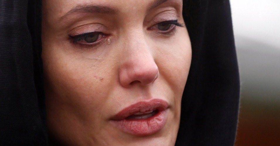 28.mar.2014 - Angelina Jolie chegou chora ao falar com vítimas de estupro na Guerra da Bósnia