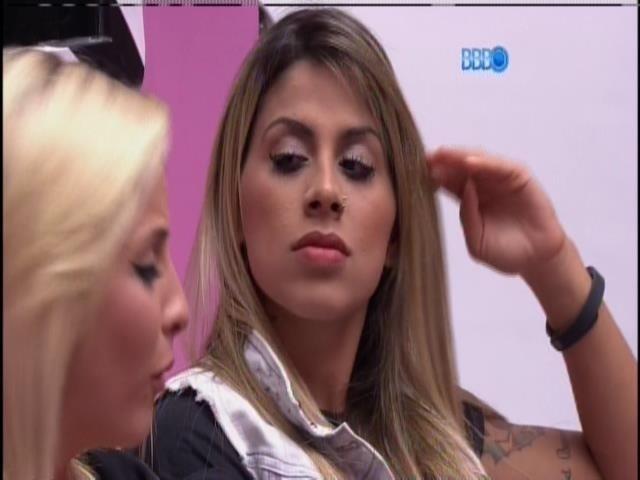 28.mar.2014 - Clara e Vanessa criticam Angela: