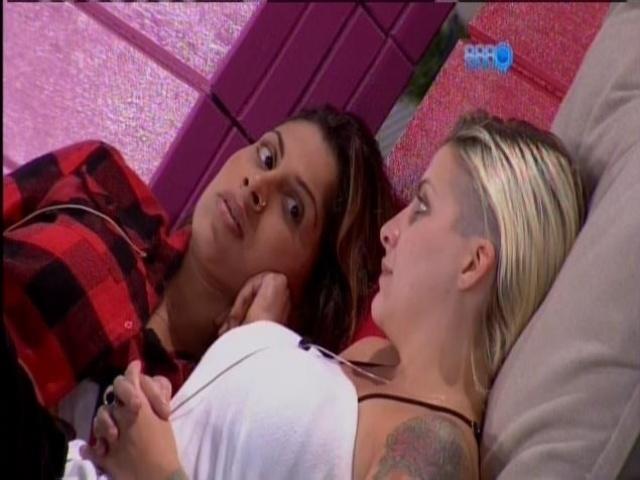 28.mar.2014 - Clara promete banho sensual com Vanessa, caso cheguem à final do
