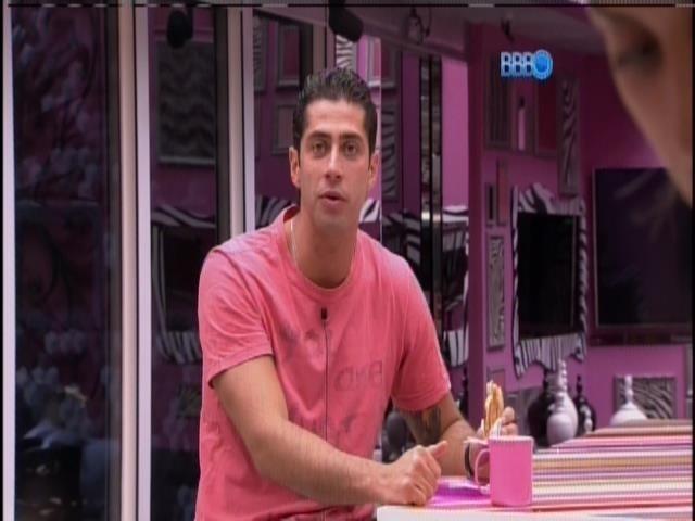 28.mar.2014 - Marcelo e Vanessa acham que Angela é líder e que disputarão paredão com Clara