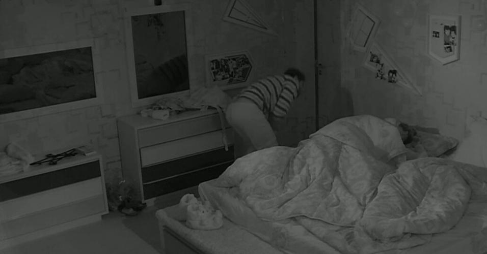 28.mar.2014 - Marcelo leva um tombo no quarto, ao correr para ver se a prova de resistência havia acabado