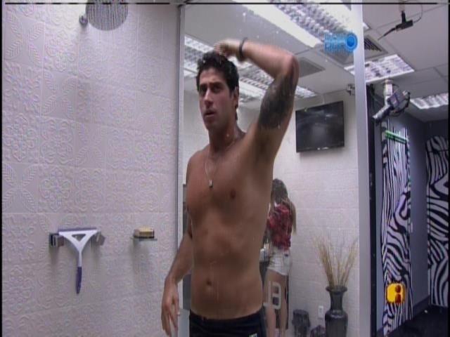 28.mar.2014 - Marcelo toma banho para participar do programa ao vivo desta sexta-feira (28)