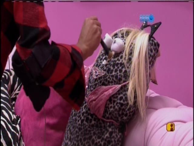 28.mar.2014 -Clara e Vanessa montam boneca e batizam:
