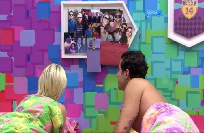 29.mar.2014 - No quarto Festa, Marcelo observa quadro com fotos de seus familiares e explica para Clara quem é quem