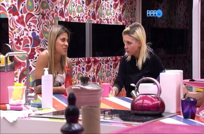 29.mar.2014 - Clara confessa para Vanessa que não quer ir para o paredão com Marcelo. A sister acredita que ele será o grande vencedor do