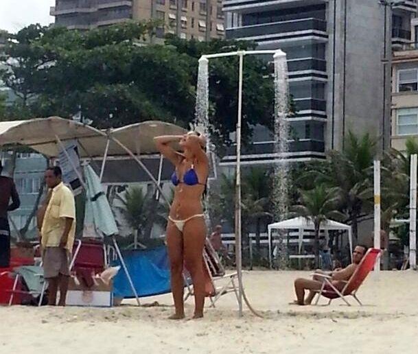 29.mar.2014 - Em clima de romance! Diego e Franciele curtem a praia de Ipanema, na zona sul do Rio de Janeiro, na manhã deste sábado
