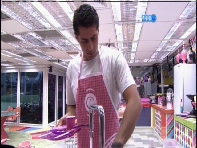 29.mar.2014 - Único homem na casa, Marcelo reclama de bagunça na cozinha: