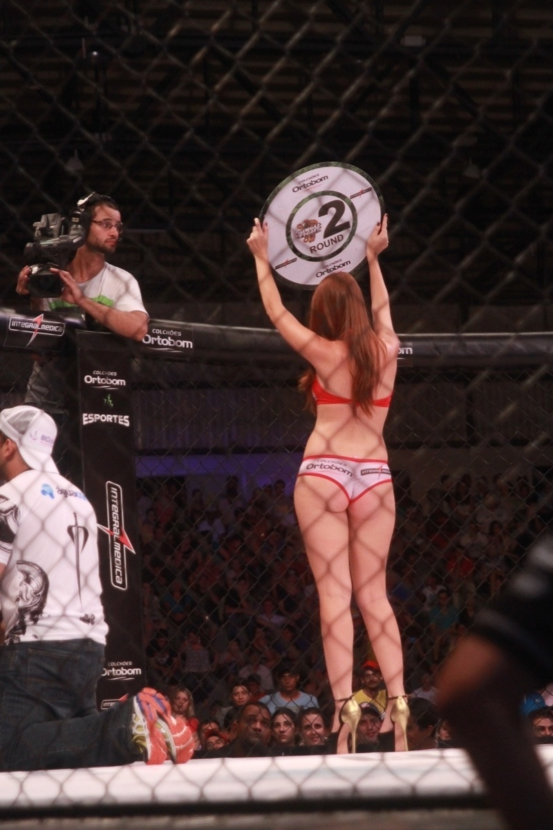 29.mar.2014 - Amanda estreia como ring girl no Jungle Fight de Walid Ismail, em Foz do Iguaçu (PR)