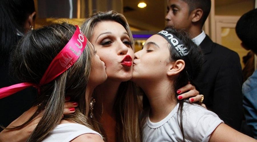 29.mar.2014 - Tatiele vai a show de Luan Santana, com o namorado Roni