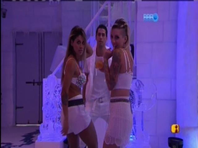 30.mar.2014 - Marcelo, Vanessa e Clara sensualizam na pista de dança da festa na Sibéria