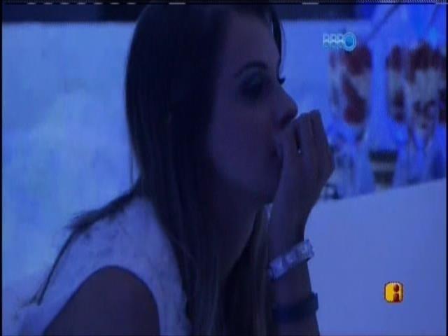 30.mar.2014 - Angela se isola depois de brigar com Marcelo