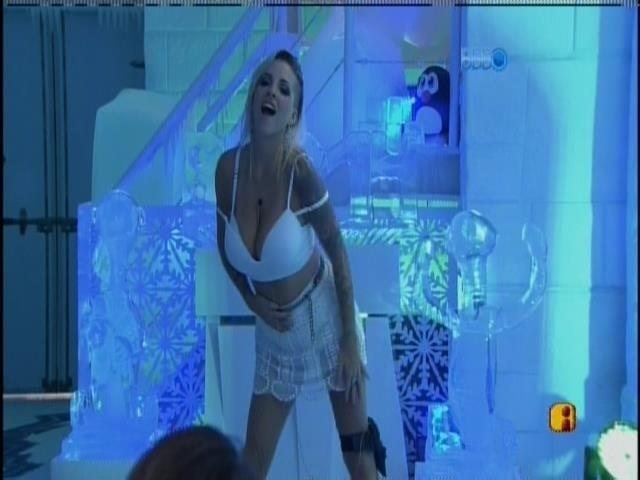 30.mar.2014 - Clara faz strip-tease de frente para o espelho na festa na Sibéria