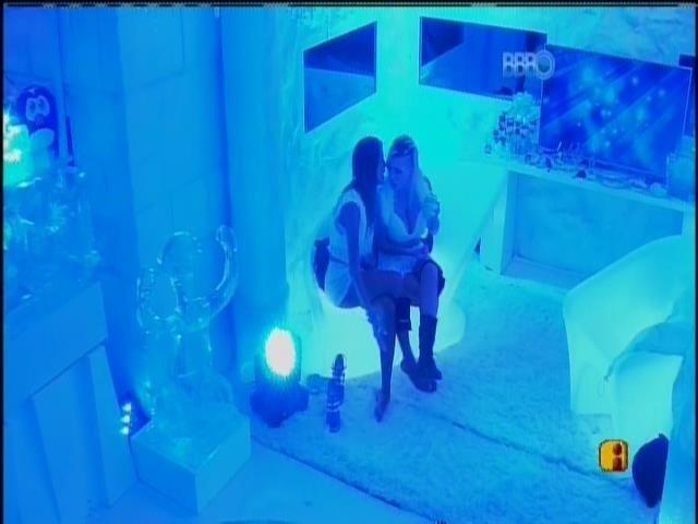 30.mar.2014 - Clara tenta convencer Angela a falar com Marcelo
