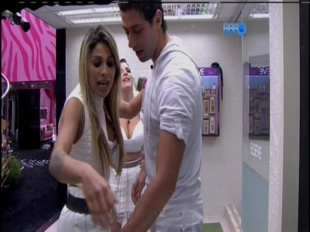 30.mar.2014 - Marcelo briga com Angela e abandona a festa na Sibéria