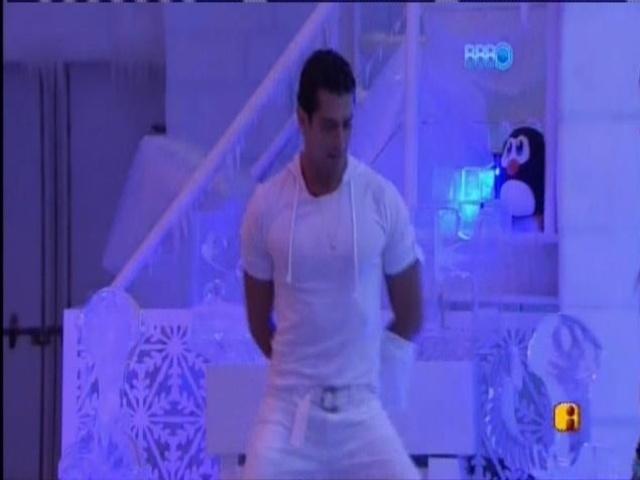30.mar.2014 - Marcelo sensualiza sozinho na pista de dança...