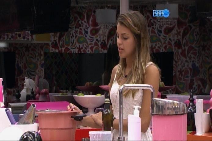 30.mar.2014 - Na cozinha, Angela dá pitacos e
