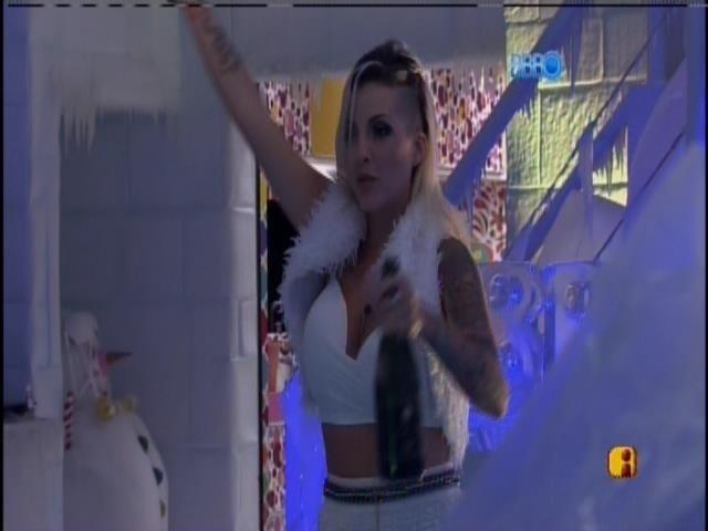 30.mar.2014 - Sobrevivente. Clara abre garrafa de champagne e celebra sozinha sua vaga na final do