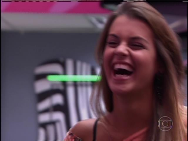 31.mar.2014 - Angela gargalha depois de ver cena em que Marcelo joga água na sua cara, na Festa Indiana