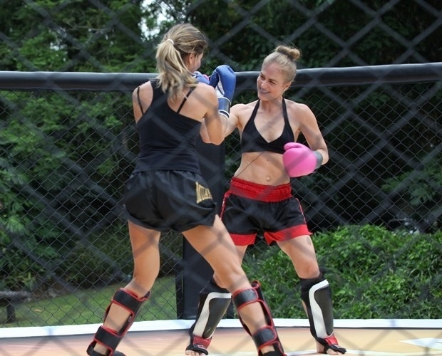 31.mar.2014 - Angélica e Grazi Massafera brincaram de lutar muay thai para gravação do programa