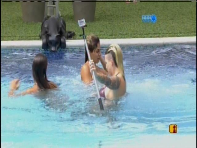 31.mar.2014 - Finalistas pulam na piscina gravando com a mini câmera