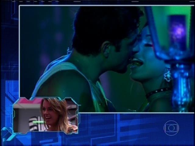 31.mar.2014 - Na véspera da final, Angela pede para rever beijo de Letícia e Junior