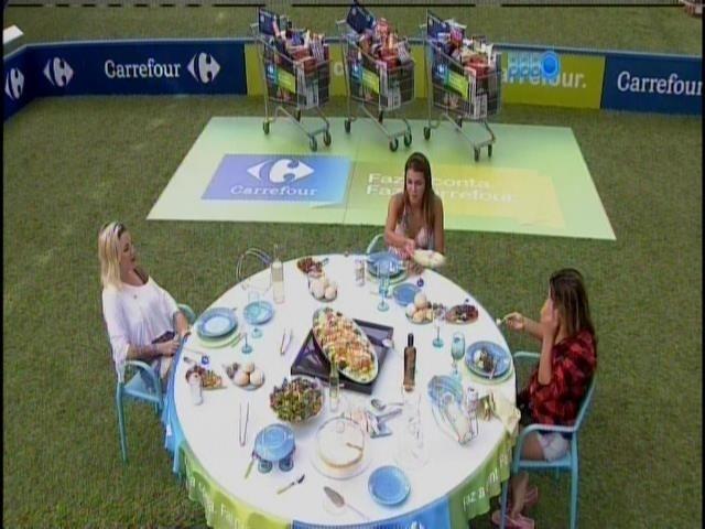 31.mar.2014 - Sisters ganham bacalhoada de almoço e vale compras no valor de R$1000 por mês por um ano