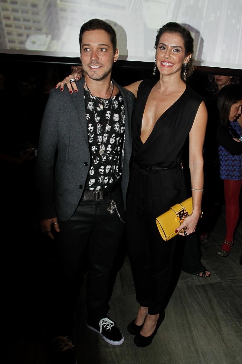 31.mar.2014- Com decote ousado, Deborah Secco confere desfile do São Paulo Fashion Week com o namorado, o ator Bruno Torres
