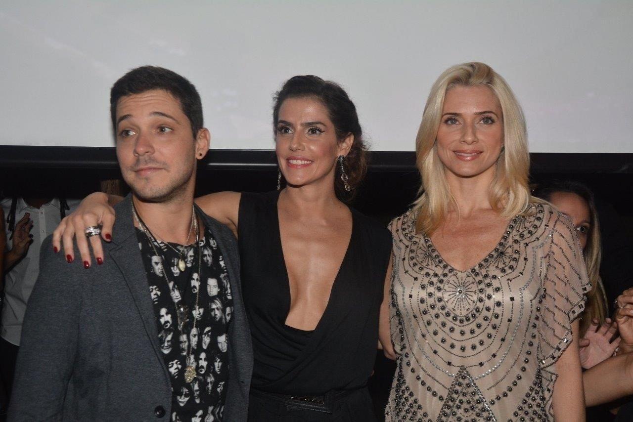 31.mar.2014- Deborah Secco e BrunoTorres posam ao lado de Letícia Spiller