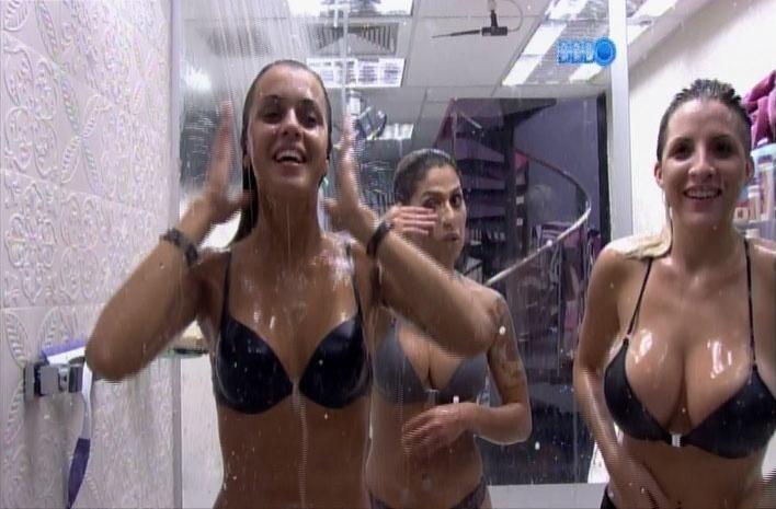 31.mar.2014 - Depois da piscina, sisters tomam banho coletivo e Angela relembra sua amizade com Letícia e Aline