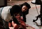 """Em """"Joia Rara"""", Laura encontra Gaia caída no chão - Reprodução/Joia Rara/GShow"""