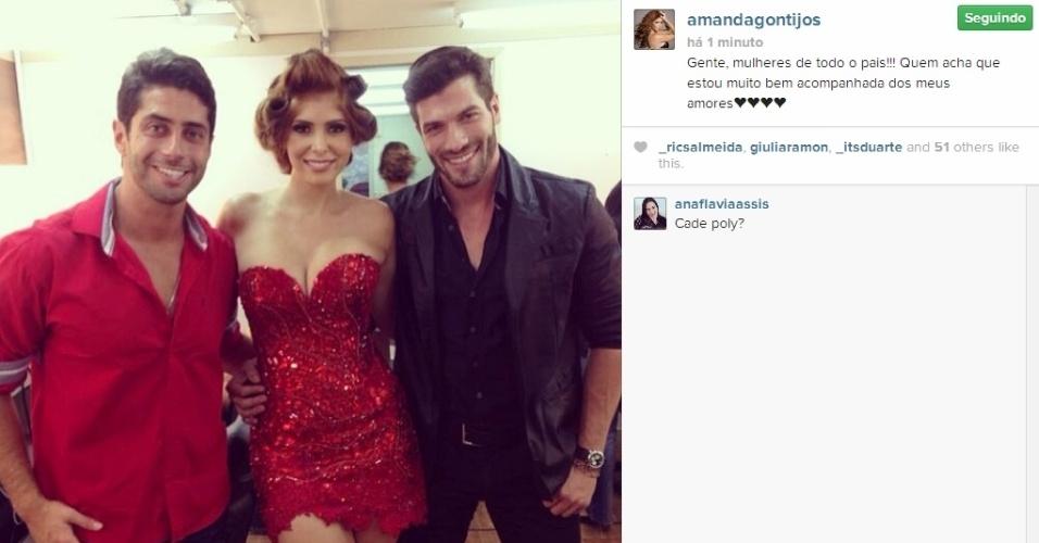 01.abr.2014 - Ao lado de Roni e Marcelo, Amanda escreve: