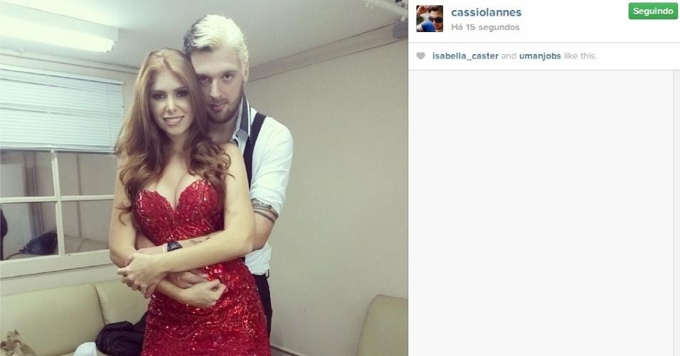 01.abr.2014 - Em dia de final, Cássio abraça Amanda