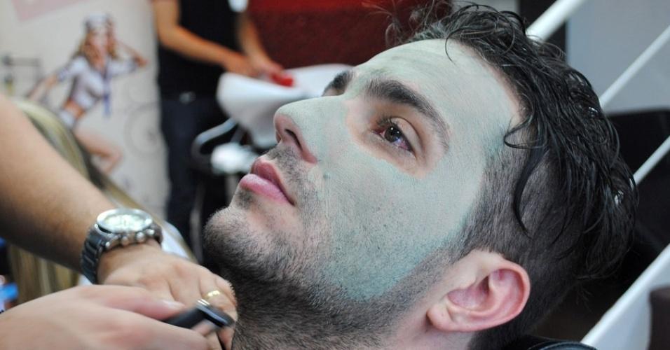 01.abr.2014 - Junior preparou o cabelo, pele e barba para a final do