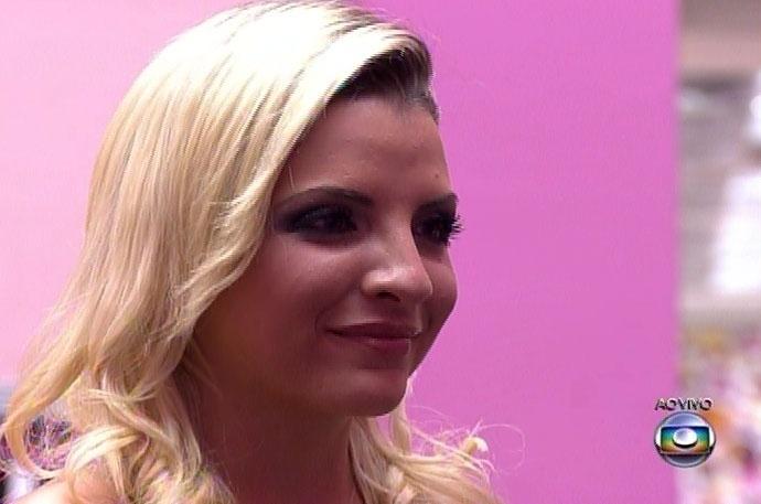 1-abr.2014 - Após longa espera, Pedro Bial anuncia Clara como a terceira colocada