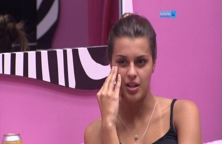 1.abr.2014 - Angela critica estilo de Geisy Arruda, quem ela encontrou em uma casa noturna sertaneja de São Paulo