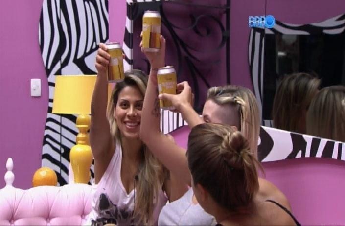 1.abr.2014 - Angela e Clara brindam pelo aniversário de 28 anos de Vanessa. A sister estava deitada sozinha no quarto, mas resolveu comemorar