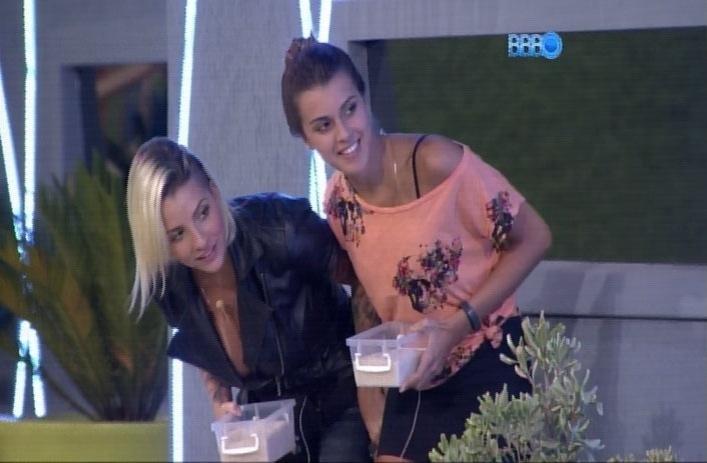 1.abr.2014 - Angela e Clara se preparam para jogar uma chuva de arroz em Vanessa, no dia de seu aniversário de 28 anos