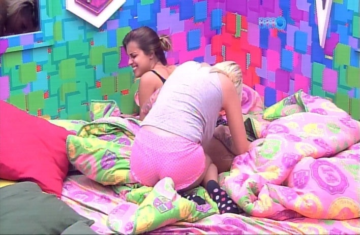 1.abr.2014 - Angela pede que Clara aperte uma espinha em seu bumbum. A stripper, que já estava deitada, levantou da cama para ajudar a amiga