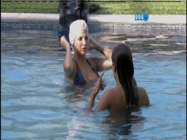 1.abr.2014 - Clara faz companhia para a advogada, mas logo deixa a piscina para tomar banho