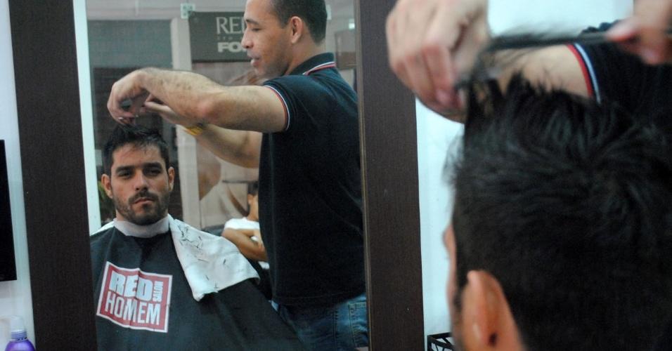 "1.abr.2014 - Diego tem dia de beleza para a final do ""BBB14"". O carioca cortou e fez relaxamento nos cabelos e limpeza de pele"