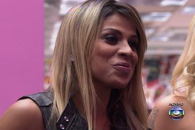 1.abr.2014 - Finalistas, Clara, Angela e Vanessa conversam com Pedro Bial e falam da expectativa de cada uma