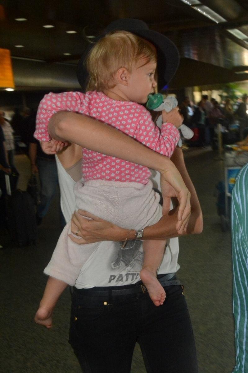 1.abr.2014 - Gisele Bündchen desembarca no aeroporto de Guarulhos, em São Paulo, com a filha Vivian Lake, de um ano, no colo. A menina é fruto do casamento da top com o jogador de futebol americano Tom Brady. Gisele está na cidade para desfilar pela Colcci no SPFW, nesta quarta-feira (2)