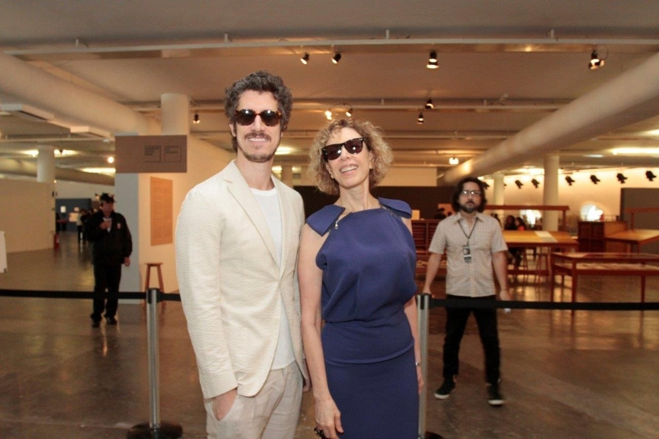 1.abr.2014 - Marília Gabriela e o filho Theodoro Cochrane posam juntos no segundo dia de desfiles do São Paulo Fashion Week