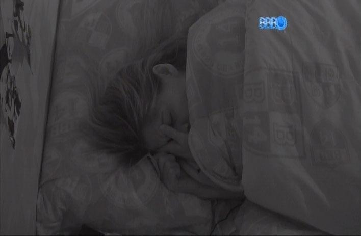 1.abr.2014 - No dia de seu aniversário, Vanessa chora sozinha no quarto Festa de saudade de seu pai, que é falecido