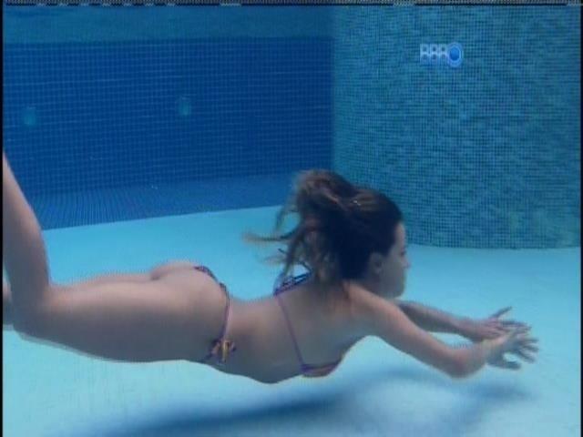 1.abr.2014 - O último mergulho - Angela se despede da piscina da casa do